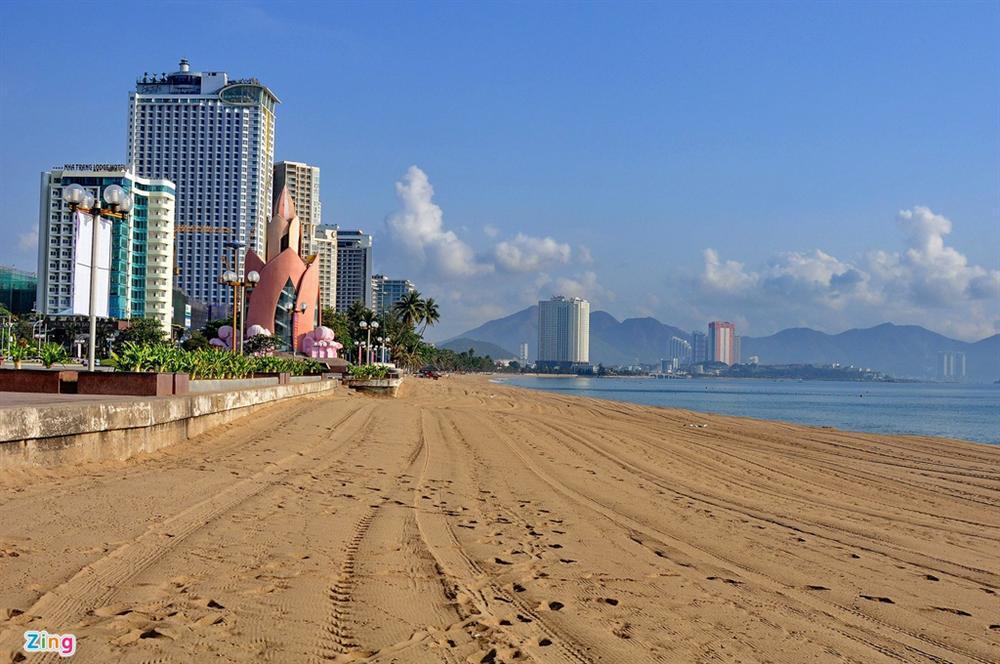Bãi biển Nha Trang vắng bóng người sau khi được chăng dây, chặn lối-8