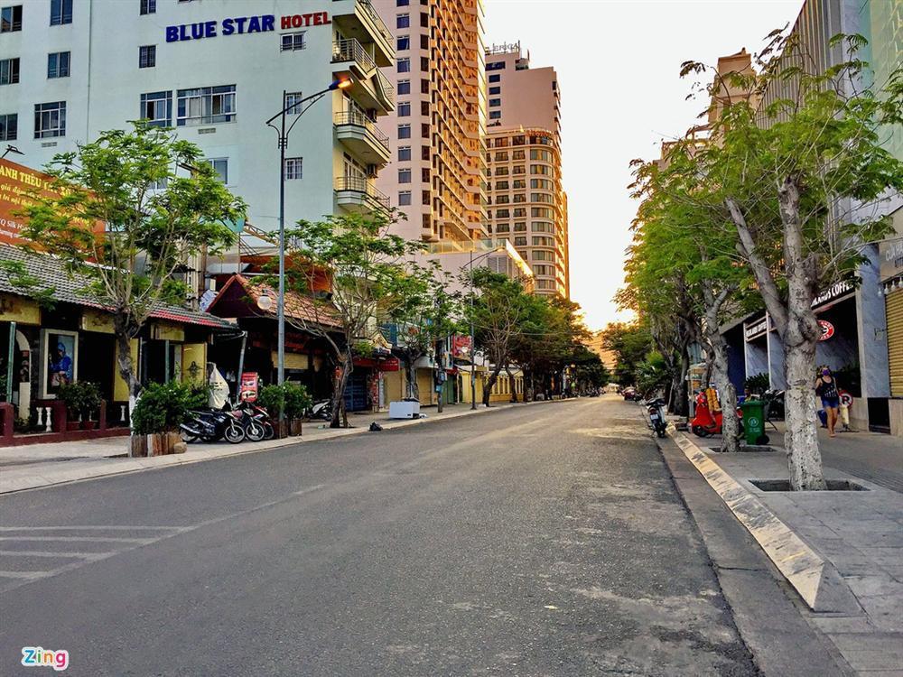 Bãi biển Nha Trang vắng bóng người sau khi được chăng dây, chặn lối-11