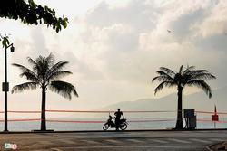 Bãi biển Nha Trang vắng bóng người sau khi được chăng dây, chặn lối