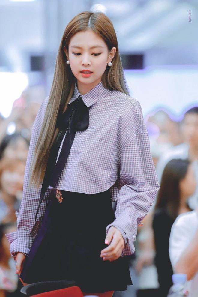 Trông cool thế nhưng Jennie lại là một bánh bèo chính hiệu: Có nguyên một rổ áo nơ, váy nơ nhưng cứ diện là sang-3