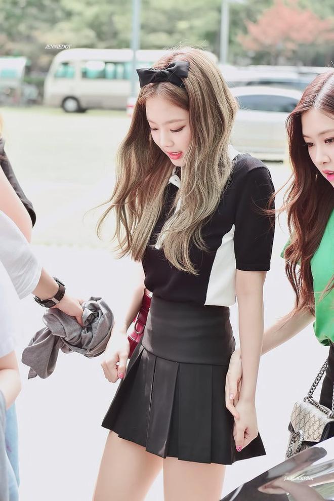 Trông cool thế nhưng Jennie lại là một bánh bèo chính hiệu: Có nguyên một rổ áo nơ, váy nơ nhưng cứ diện là sang-10