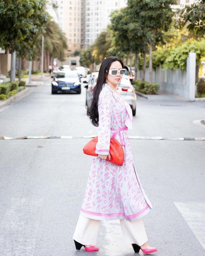 Ngọc Trinh - Phượng Chanel bái phục tài mix đồ của Lan Ngọc - Jennie khi đụng hàng giày 35 triệu-4