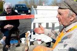 Hai cụ già U90 hẹn hò qua đường biên giới bị ngăn cách vì dịch