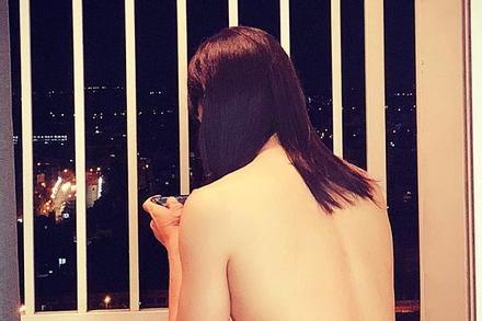 Tưởng Linh Chi bán nude chơi game ngoài ban công, nhìn kỹ hóa ra đàn ông đội tóc giả