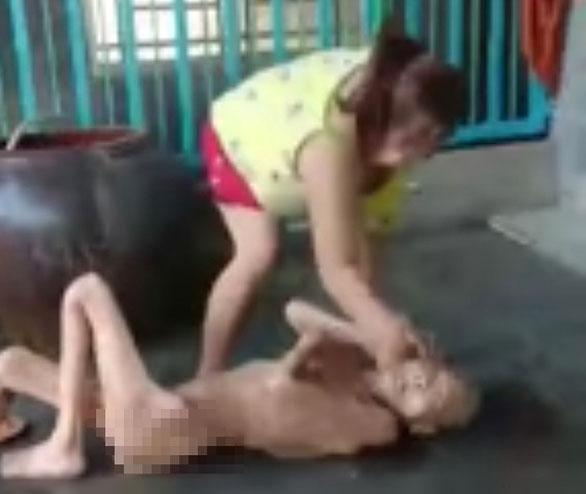 Vụ con gái chửi rủa, đánh đập mẹ 87 tuổi ở An Giang: Tôi ân hận rồi, tại nợ nần túng thiếu quá nên làm liều-2