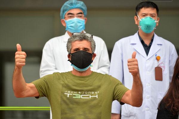 Thêm 11 người ra viện, tổng số 75 ca Covid-19 khỏi bệnh, sức khỏe bác gái bệnh nhân số 17 N.H.N đã khá hơn-3