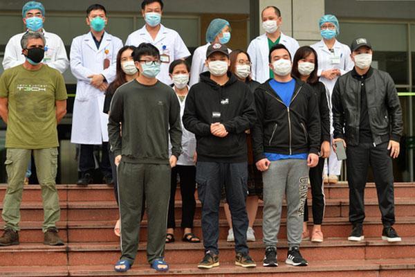 Thêm 11 người ra viện, tổng số 75 ca Covid-19 khỏi bệnh, sức khỏe bác gái bệnh nhân số 17 N.H.N đã khá hơn-1
