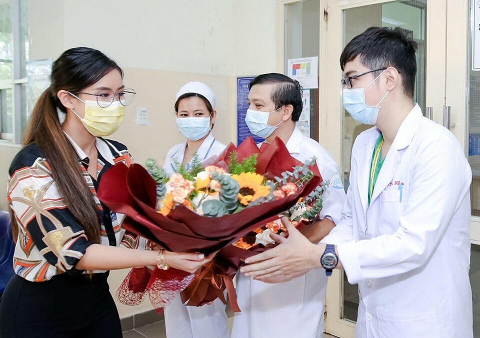 Clip: Em chồng Hà Tăng nghẹn ngào gửi lời cảm ơn bác sĩ khi ra viện sau 3 tuần điều trị Covid-19-1