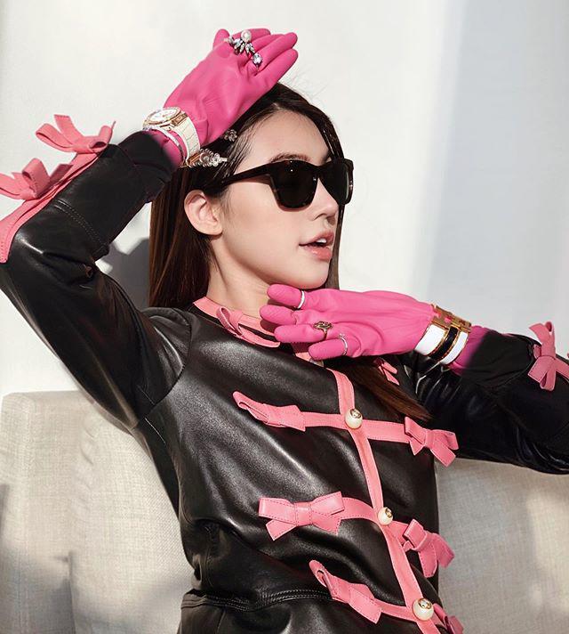 Jolie Nguyễn đeo găng tay rửa bát mà dát toàn đá quý, kim cương-1