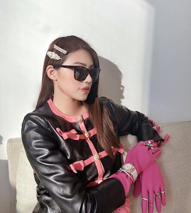 Jolie Nguyễn đeo găng tay rửa bát mà dát toàn đá quý, kim cương-3