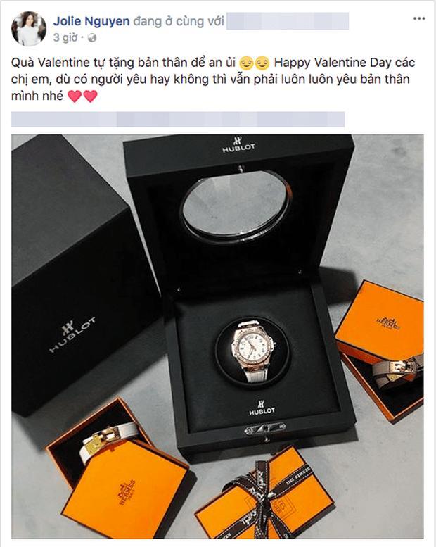 Jolie Nguyễn đeo găng tay rửa bát mà dát toàn đá quý, kim cương-8