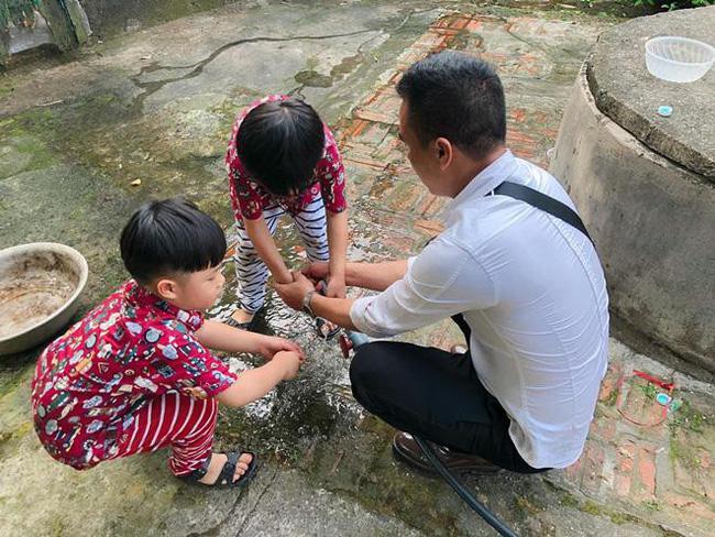 Ông xã khoe ảnh cả gia đình vô tình để lộ mối quan hệ giữa MC Hoàng Linh với con riêng của chồng-3