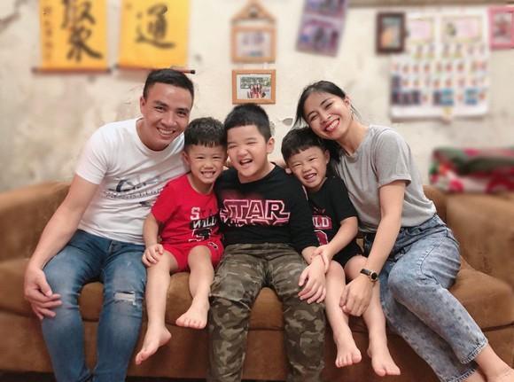 Ông xã khoe ảnh cả gia đình vô tình để lộ mối quan hệ giữa MC Hoàng Linh với con riêng của chồng-5