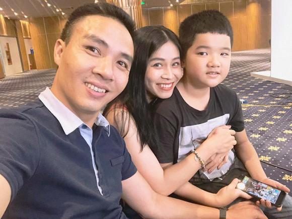 Ông xã khoe ảnh cả gia đình vô tình để lộ mối quan hệ giữa MC Hoàng Linh với con riêng của chồng-6