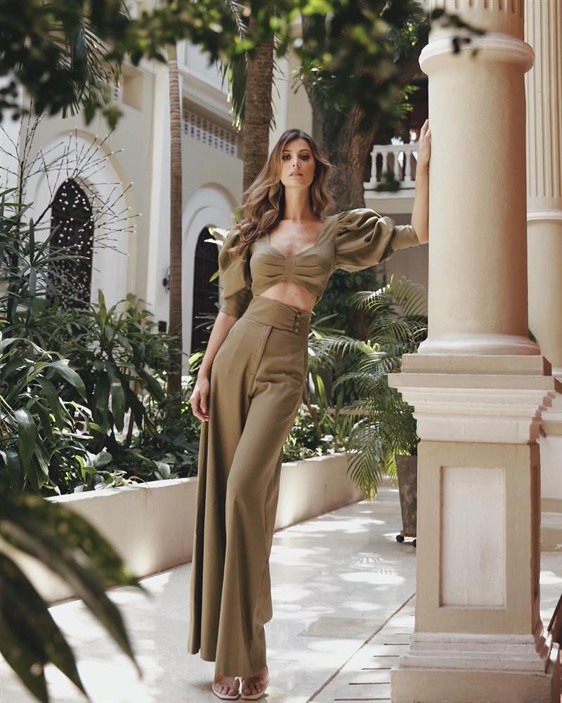 Bản tin Hoa hậu Hoàn vũ 3/4: Chuyện gì xảy ra khi Ariadna mặc thử váy vàng huyền thoại của HHen Niê?-6