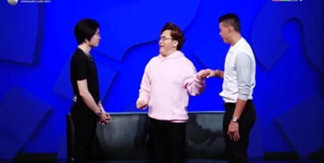 Cựu thủ môn ĐT Việt Nam gây sốc cưỡng hôn sao nam trên sóng truyền hình-2