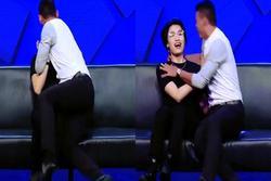 Cựu thủ môn ĐT Việt Nam gây sốc cưỡng hôn sao nam trên sóng truyền hình