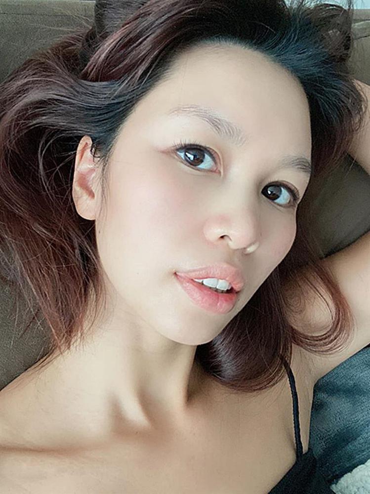 VZN News: Mỹ nhân Việt ở nhà tránh dịch: Người khoe mặt mộc, kẻ make up lộng lẫy như đi tiệc-1