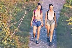 Hai sao nữ bị chỉ trích vì mặc trang phục không phù hợp lên sóng
