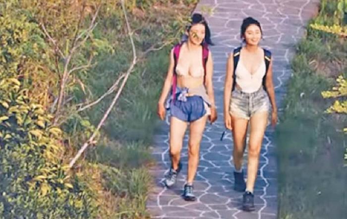 Hai sao nữ bị chỉ trích vì mặc trang phục không phù hợp lên sóng-2