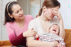 Tại sao con dâu lại 'khó chịu' với cách nuôi con của mẹ chồng?