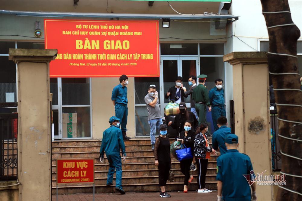 Nữ Việt kiều Pháp nắm chặt tay tạm biệt chiến sĩ khu cách ly ở Hà Nội-1