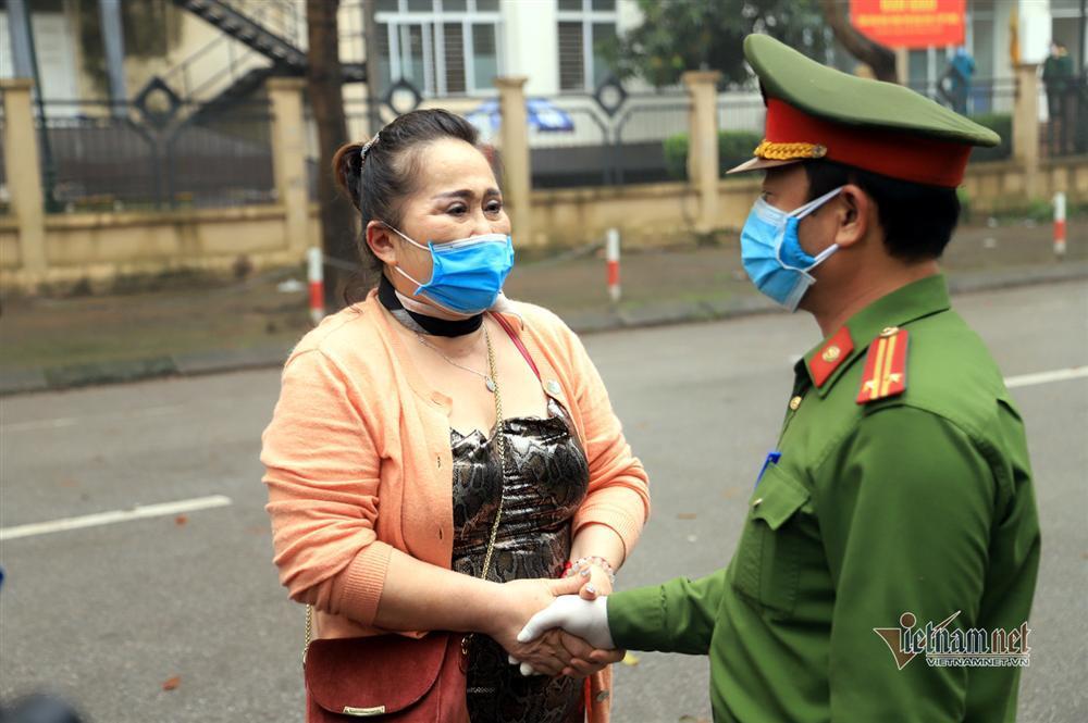 Nữ Việt kiều Pháp nắm chặt tay tạm biệt chiến sĩ khu cách ly ở Hà Nội-5