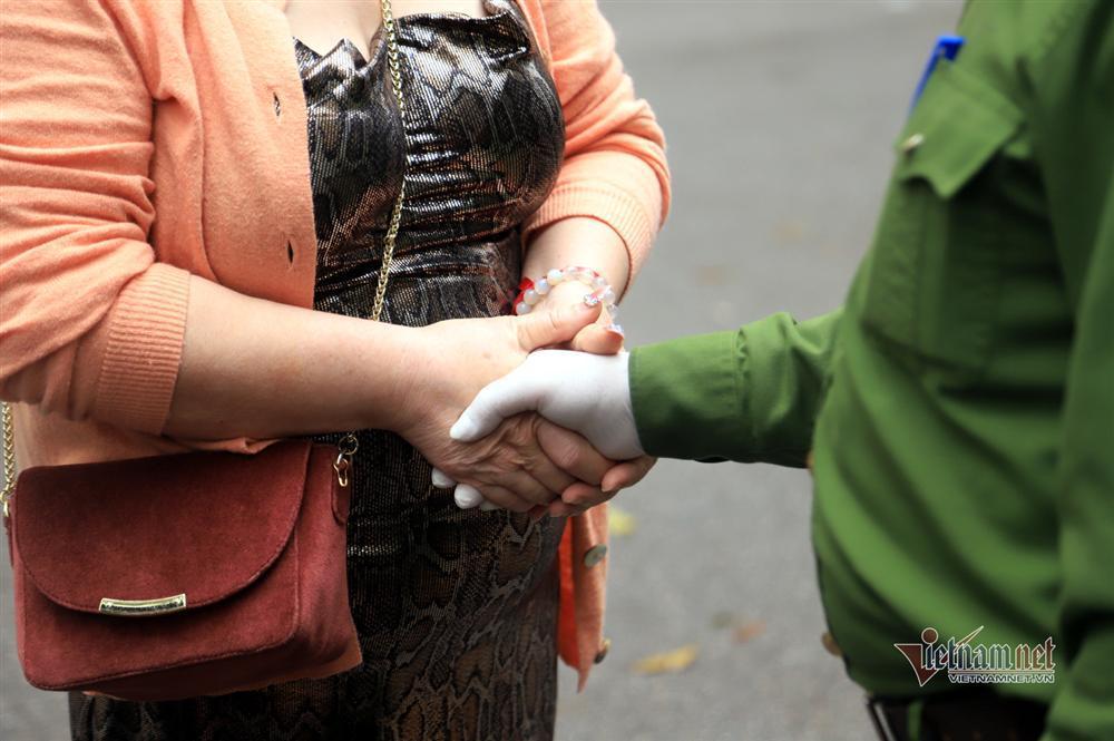 Nữ Việt kiều Pháp nắm chặt tay tạm biệt chiến sĩ khu cách ly ở Hà Nội-6