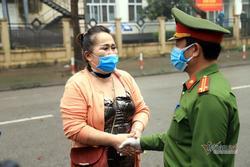 Nữ Việt kiều Pháp nắm chặt tay tạm biệt chiến sĩ khu cách ly ở Hà Nội