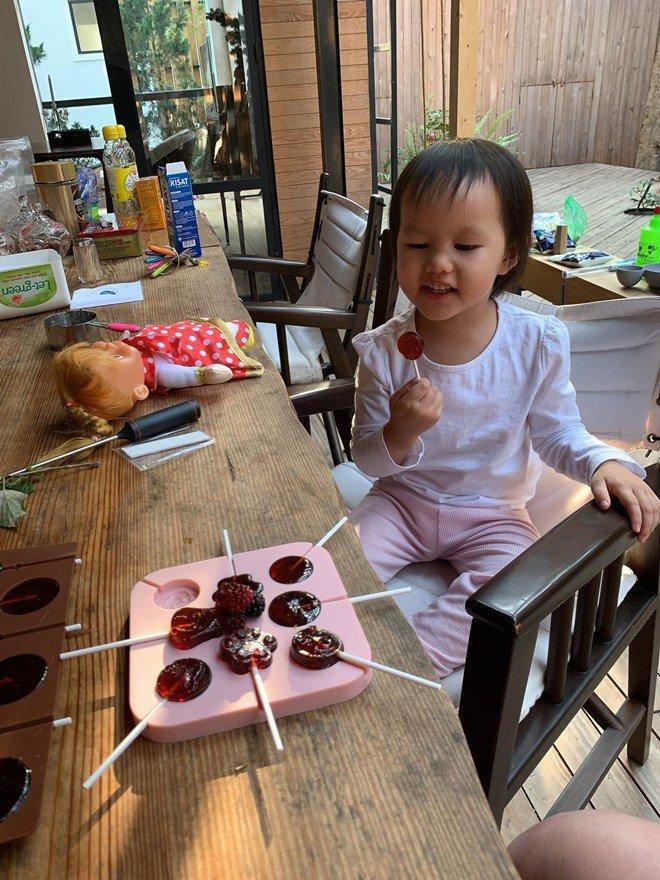 Chồng không thích cho con ăn kẹo, Phan Như Thảo vẫn tự làm kẹo mút thơm ngon cho con gái-2