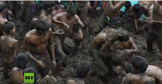 Bị ném phân bò đầy người vẫn vui vẻ quẩy hết mình trong lễ hội độc đáo-3