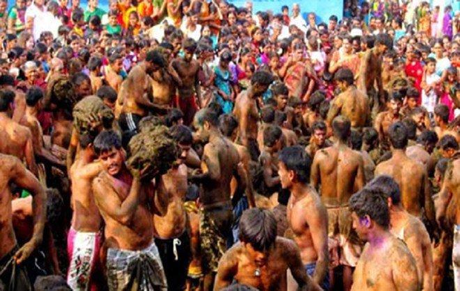 Bị ném phân bò đầy người vẫn vui vẻ quẩy hết mình trong lễ hội độc đáo-4