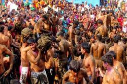Bị ném phân bò đầy người vẫn vui vẻ 'quẩy' hết mình trong lễ hội độc đáo