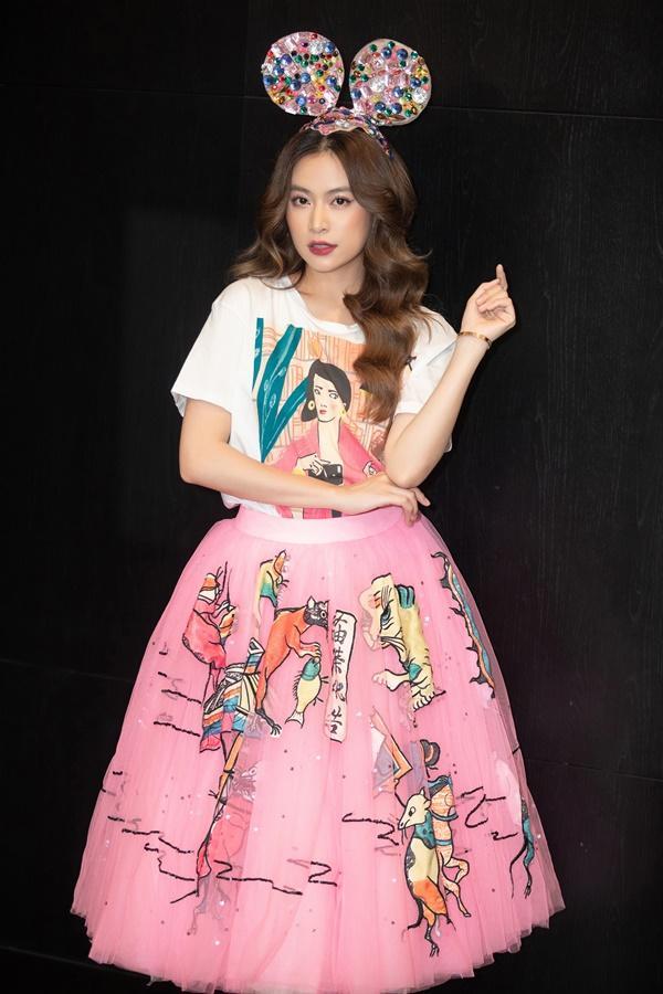 Hoàng Thùy Linh bắt trend cực nhanh khi mang cả khẩu trang, nước rửa tay vào MV mới-1