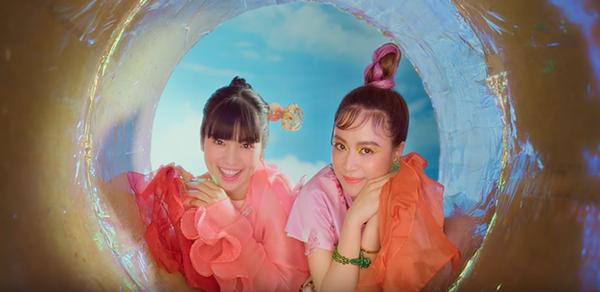 Hoàng Thùy Linh bắt trend cực nhanh khi mang cả khẩu trang, nước rửa tay vào MV mới-3