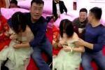 Phù dâu trẻ vùng vẫy thoát thân vì bị bạn chú rể sàm sỡ vòng 1 trong đám cưới