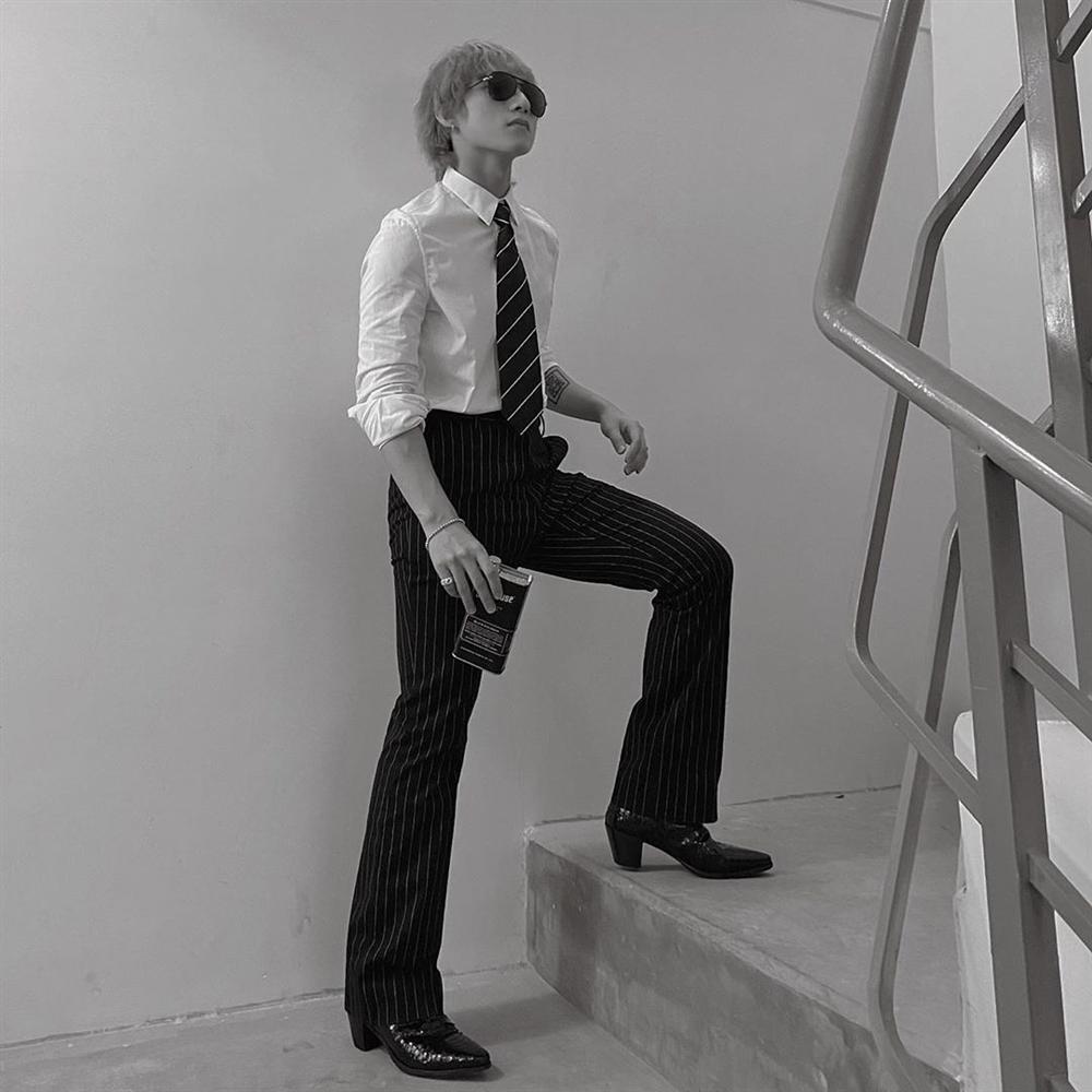 Chán style hip hop bụi phủi, Sơn Tùng giờ đóng bộ, mặc quần ống loe, giày gót cao nữ tính-1