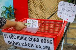 Tiệm phở TP.HCM giao đồ ăn, nhận tiền bằng ròng rọc để tránh tiếp xúc