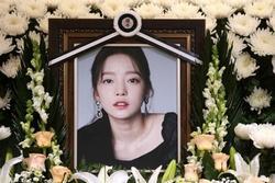 Anh trai Goo Hara vạch trần sự nhẫn tâm của mẹ đẻ, vui vẻ xin chụp ảnh với người nổi tiếng trong đám tang con gái