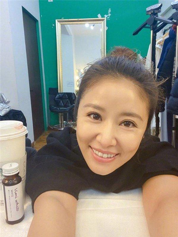 Bị fan chê già, mỹ nhân Hoàn châu cách cách đăng ảnh khoe làn da mịn màng ở tuổi 44-4