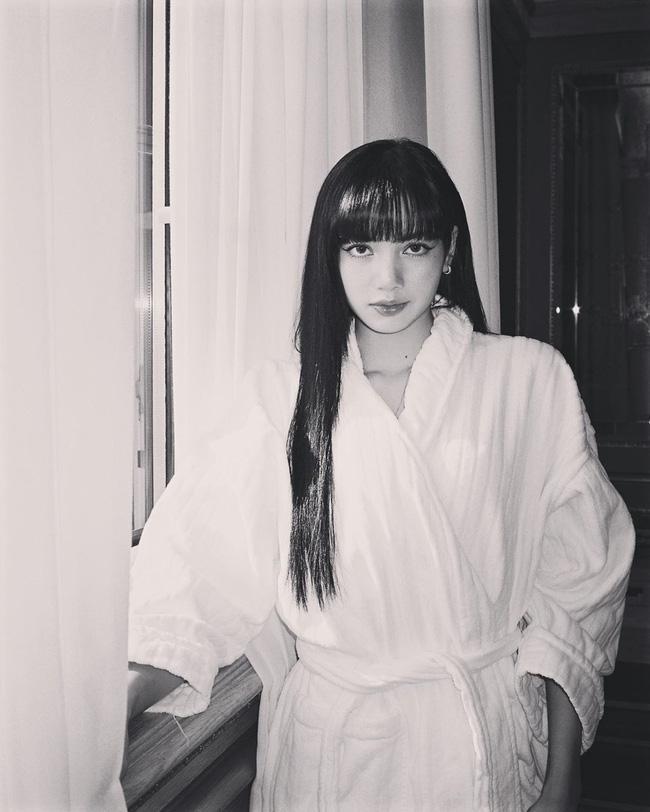 Chỉ đơn giản là diện áo choàng tắm, mỹ nhân Việt - Hàn đã có được những khoảnh khắc sống ảo cực nghệ-1