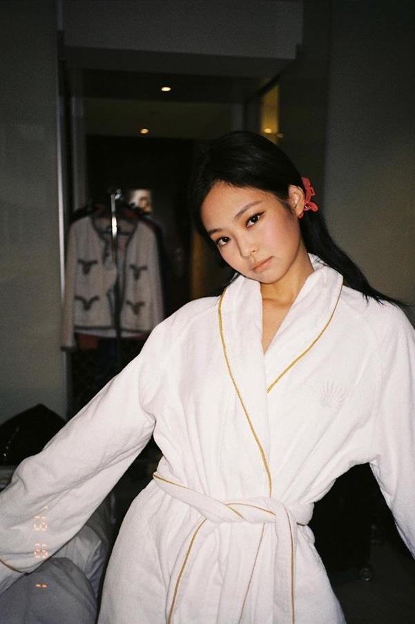 Chỉ đơn giản là diện áo choàng tắm, mỹ nhân Việt - Hàn đã có được những khoảnh khắc sống ảo cực nghệ-2