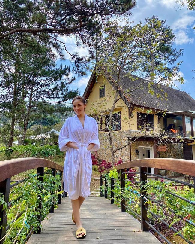 Chỉ đơn giản là diện áo choàng tắm, mỹ nhân Việt - Hàn đã có được những khoảnh khắc sống ảo cực nghệ-4