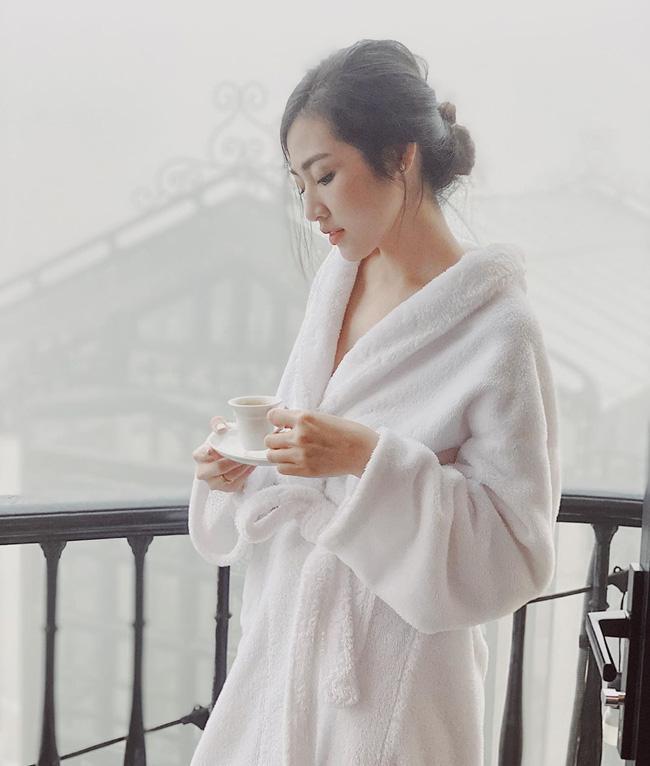 Chỉ đơn giản là diện áo choàng tắm, mỹ nhân Việt - Hàn đã có được những khoảnh khắc sống ảo cực nghệ-7