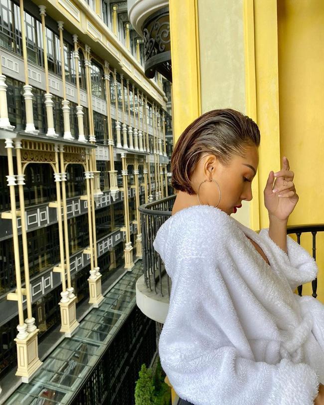 Chỉ đơn giản là diện áo choàng tắm, mỹ nhân Việt - Hàn đã có được những khoảnh khắc sống ảo cực nghệ-8