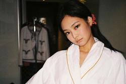 Chỉ đơn giản là diện áo choàng tắm, mỹ nhân Việt - Hàn đã có được những khoảnh khắc sống ảo cực 'nghệ'