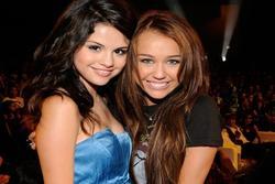 Sau nhiều năm 'cạch mặt', cặp công chúa Disney Selena Gomez và Miley Cyrus hàn gắn mối quan hệ
