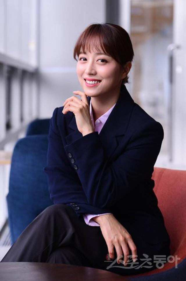 Nữ MC Hàn đầu tiên dám đeo kính, thả rông khi lên sóng truyền hình-3