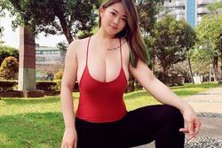 Cô gái chạy thể dục, ngực 'khủng' tràn khỏi áo 2 dây khiến người đi đường choáng nặng