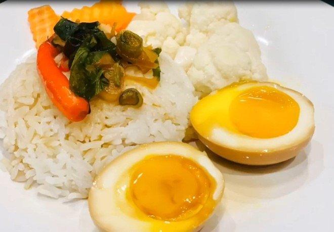 Chồng chăm con, Lê Phương đảm đang trổ tài làm món trứng lòng đào nước tương bất bại-15